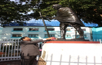 Minister of Consumer Affairs, Food and Public Distribution, Shri Ram Vilas Paswan paid floral tributes to Mahatma Gandhi at his Statue at Gandhi Square in Port of Spain, Trinidad and Tobago – October 26, 2016